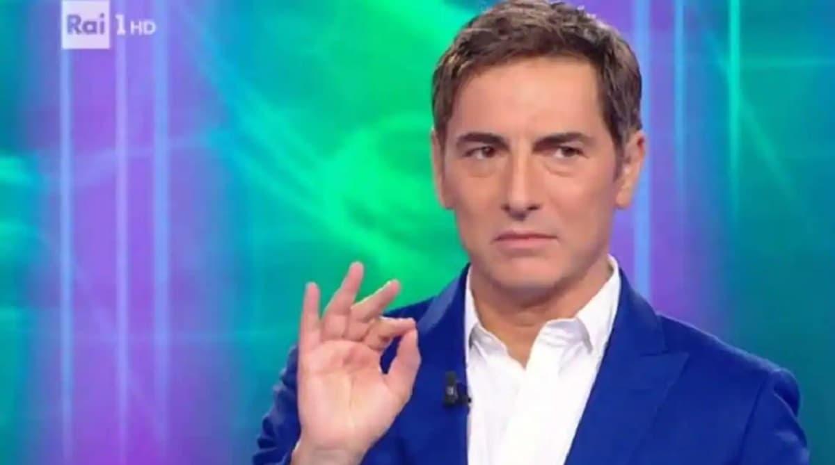 """Reazione a Catena, Marco Liorni: """"C'entra con i volatili, è bianco ed è duro"""". Imbarazzo in studio"""
