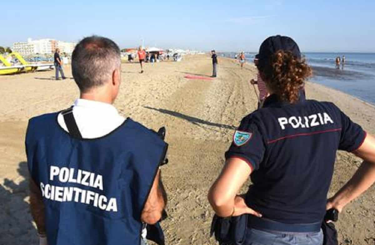 Viserba (Rimini), si tuffa in mare col figlio e scompare nel nulla: il bambino terrorizzato esce dall'acqua e chiede aiuto