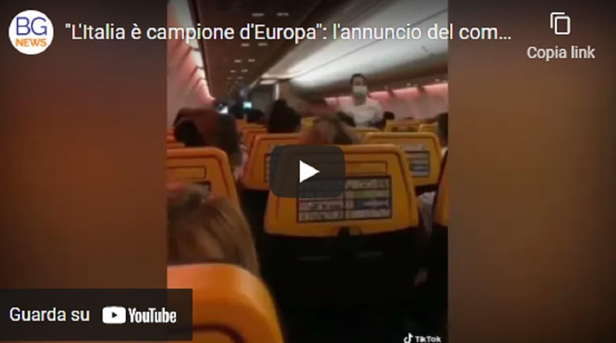 """""""L'Italia è campione d'Europa"""". L'annuncio in volo del comandante e le urla dei passeggeri italiani VIDEO"""