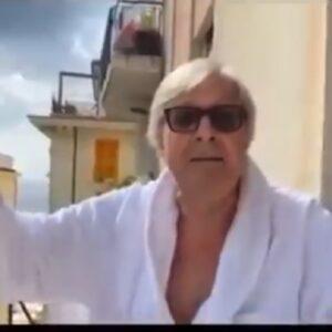 """Vittorio Sgarbi contro Fedez: """"Ma tu ha mai fatto la pipì in testa alla Ferragni?"""". Poi gli dice vaffa..."""