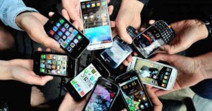 Guardare lo schermo dello smartphone è un gesto contagioso. Lo studio dell'università di Pisa