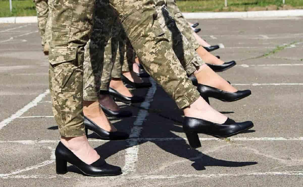 """Ucraina, soldatesse con i tacchi alla prova della parata. Le critiche dall'opposizione: """"Idea idiota"""""""