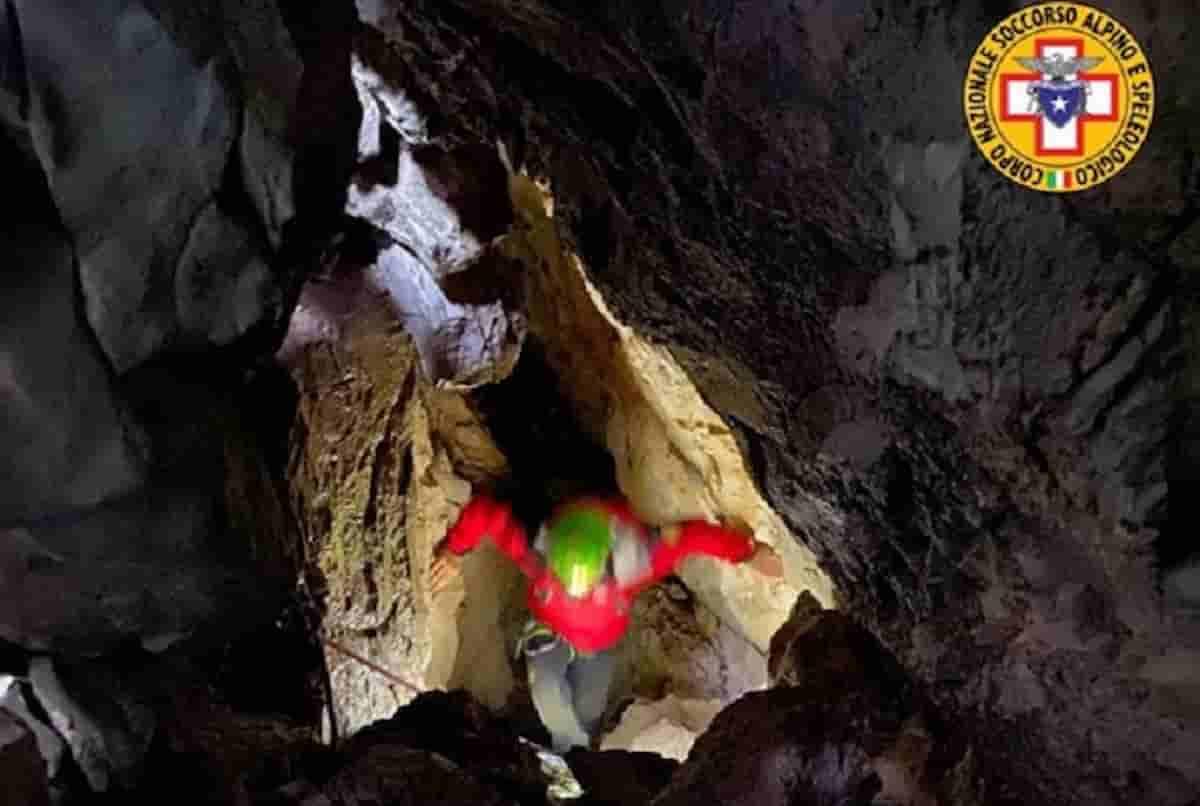 Speleologo salvato dalla grotta a Cimolais: era rimasto bloccato, ha una frattura ma è vivo