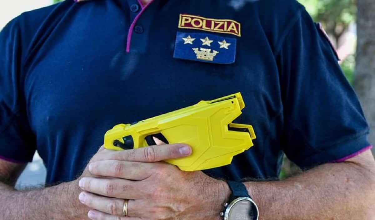 Taser ai poliziotti, in arrivo dopo quanto successo a Roma Termini. L'annuncio di Gabrielli