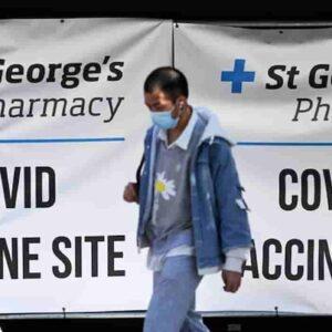 Coronavirus, contagi in aumento con la variante Delta: ok, ma pochi morti e terapie intensive