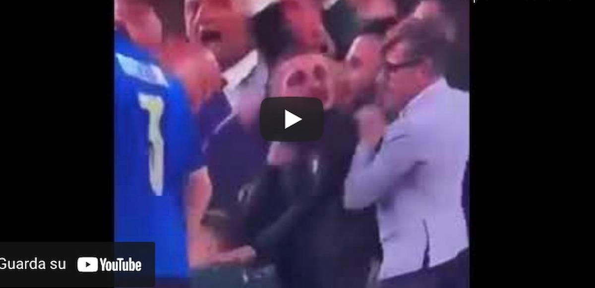 """Italia-Spagna, tifoso si imbuca nei festeggiamenti. Verratti: """"E tu chi ca... sei?!"""" VIDEO"""