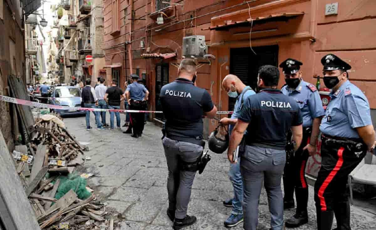 Vigili urbani picchiati a Napoli per aver chiuso una strada: pugni in faccia, naso rotto a un agente