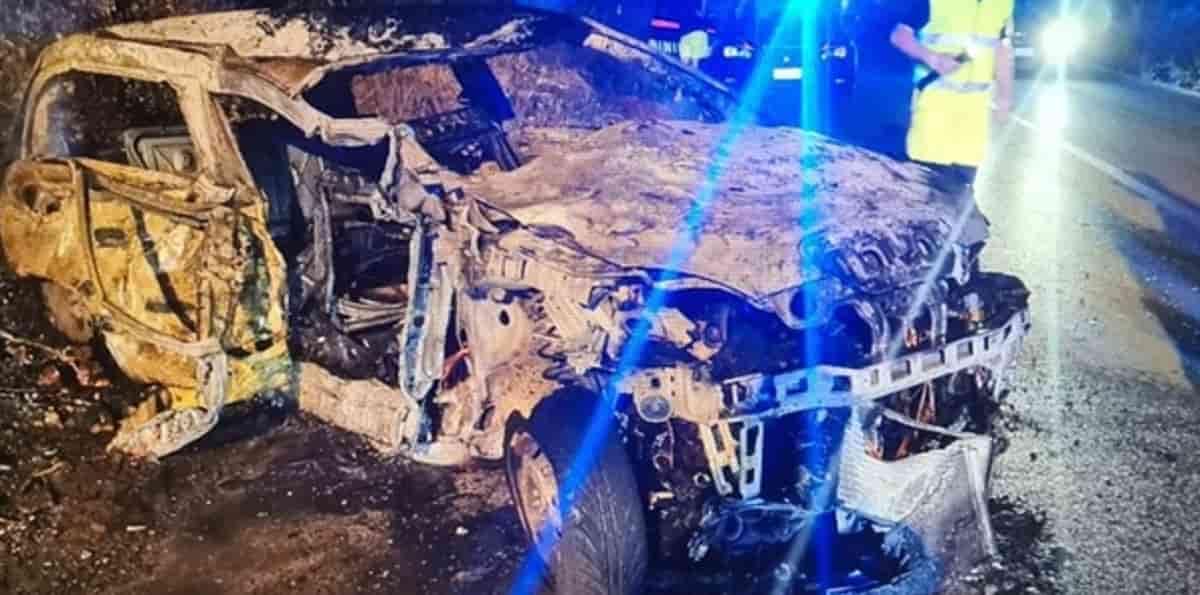 Villagrazia di Carini, macchina finisce contro il muro e poi prende fuoco: muore 16enne, grave il fratello