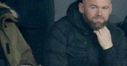 Wayne Rooney si addormenta in un locale e viene fotografato ubriaco da due modelle