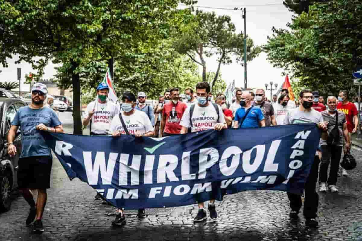 """Whirpool, azienda parte con i licenziamenti collettivi a Napoli: """"Stabilimento insostenibile"""""""