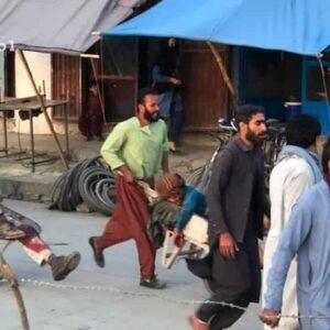 Kabul, doppio attentato kamikaze e sparatoria in aeroporto. Almeno 20 morti, anche bambini