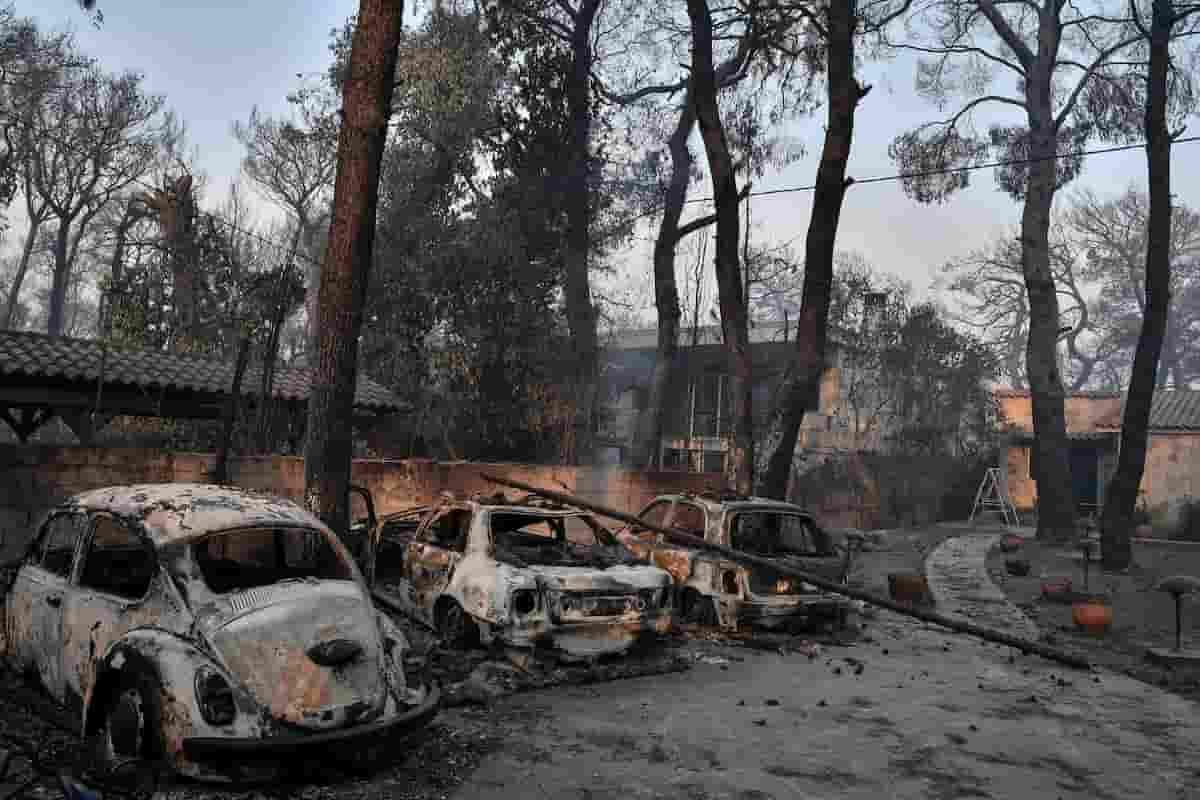 Incendi in Grecia, fiamme alla periferia di Atene: evacuati migliaia di cittadini. Roghi anche a Kos e Rodi