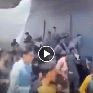 Aereo C-17 dall'Afghanistan con un cadavere umano nel carrello: pronti a morire pur di fuggire