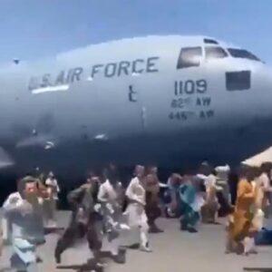 """Afghanistan, atterrato a Roma il primo volo da Kabul con italiani e afghani: """"Ne seguiranno altri"""""""