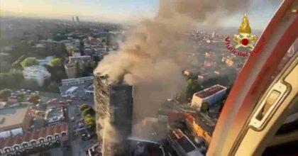 Milano, incendio al grattacielo di via Antonini: Torre del Moro tutta in fiamme, ci abita anche Mahmood VIDEO