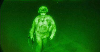 Afghanistan, la foto dell'ultimo soldato Usa che lascia il paese, il generale Chris Donahue