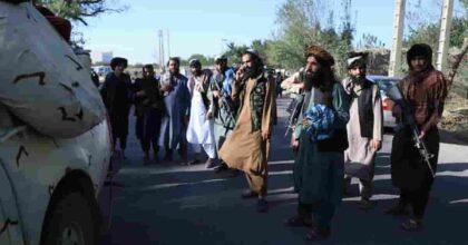 Talebani, calcio nel sedere agli occidentali: fuori entro 31 agosto e aerei vietati agli afghani. Non evacuazione ma cacciata!