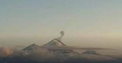 Alaska, tre vulcani eruttano contemporaneamente sulle Isole Aleutine: evento rarissimo VIDEO