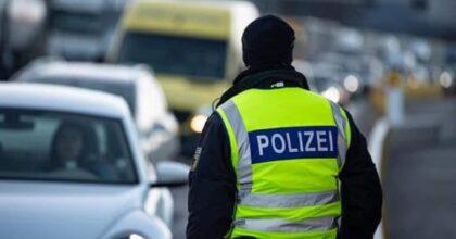 """Berlino, uomo si dà fuoco ad Alexanderplatz. La polizia: """"Non ci sono indicazioni che sia atto estremista"""""""