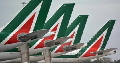 Alitalia ai passeggeri: per ora meglio se venite solo con il bagaglio a mano