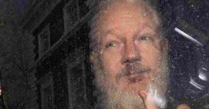 """Julian Assange, """"La Cia voleva rapinarlo e assassinarlo"""": l'accusa di Yahoo! News"""