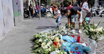 Bimbo morto a Napoli, poliziotto aggredito ai funerali: scambiato per un giornalista