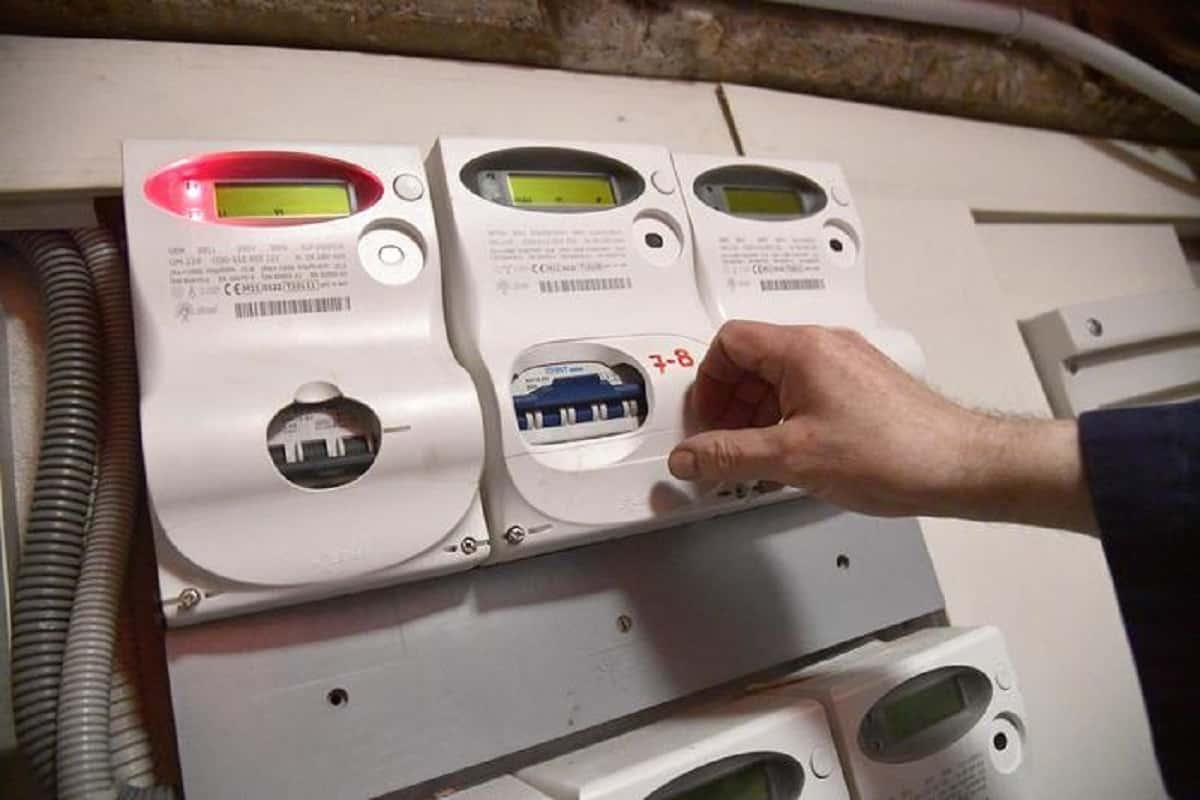 Bolletta della luce, il governo prova a pagarne un po': taglio Iva, meno oneri, bonus...