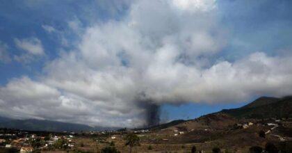 Canarie, eruzione del vulcano sull'isola di Palma: enorme colonna di lava e fumo VIDEO