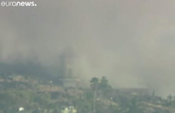 Eruzione vulcano Canarie, a La Palma il campanile della chiesa collassa in diretta tv VIDEO