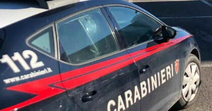 In fuga su auto rubata tentano di investire un carabiniere che è costretto a sparare per fermarli
