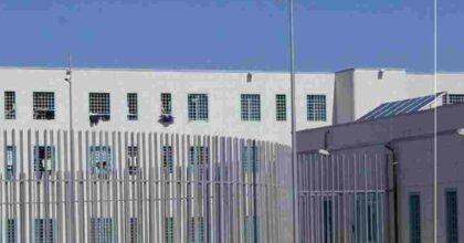Due detenuti del carcere di Sollicciano hanno provato a dar fuoco ad un agente ma per fortuna è stato salvato da un collega