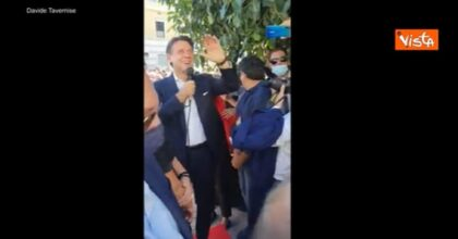 """Conte, in Calabria una fan lo interrompe durante il comizio: """"Vorrei essere al posto della tua fidanzata"""" VIDEO"""