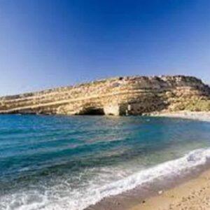 Creta, 48enne inglese cade in un burrone e precipita per 30 metri: salva per miracolo