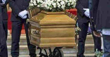 Caso vaccini, Emanuele Pileggi è morto a 42 anni per un aneurisma: il pm ha bloccato il funerale per valutare se procedere con autopsia