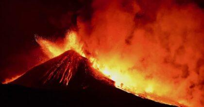 Etna, nuova eruzione del vulcano: nube di cenere alta 9 chilometri e fontana di lava