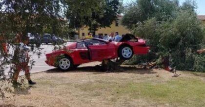 La Ferrari ridotta così, contro un albero per un video mentre prova a sgommare FOTO