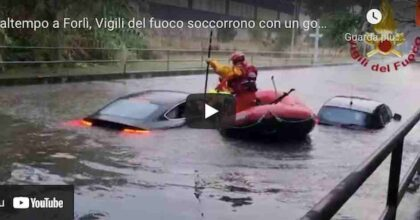 Maltempo Forlì, Vigili del fuoco soccorrono con un gommone automobilisti bloccati in un sottopasso VIDEO