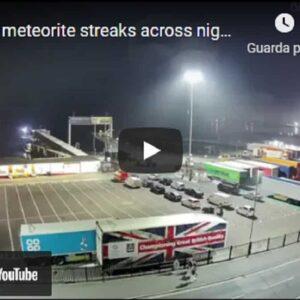 Francia, meteora illumina i cieli della Francia. Il video di una telecamera di sicurezza
