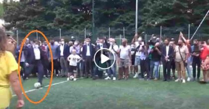 Giuseppe Conte, a Scampia per la campagna elettorale, gioca a calcio e a tennis VIDEO