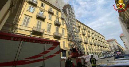 Incendio a Torino, a fuoco un palazzo in pieno centro tra via Lagrange e piazza Carlo Felice