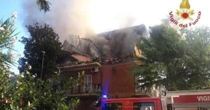 Roma, esplosione e incendio in via Atteone a Torre Angela: crolla parte di una palazzina