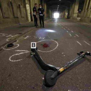 Roma, incidente col monopattino: si scontra con un'auto in via Chiana e muore
