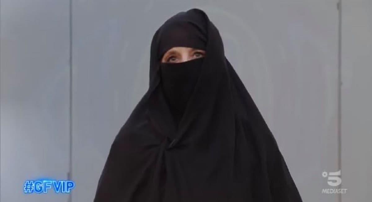 """Jo Squillo col niqab al GF Vip, protesta contro i talebani: """"Non dimentichiamo le sorelle di Kabul"""""""