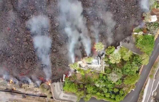 Canarie, la lava del vulcano finisce in una piscina: il video di un drone mostra cosa succede
