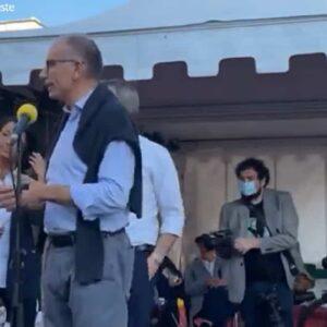 """Enrico Letta, no vax interrompe il suo comizio a Trieste: """"Il vaccino è un ricatto"""" VIDEO"""