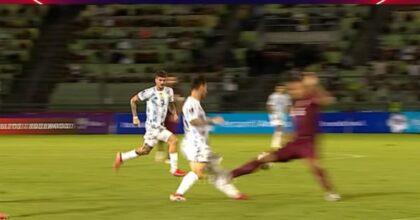 Messi e il fallo killer di Martinez in Argentina-Venezuela: la gamba gli si piega VIDEO