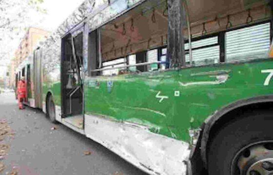 Milano, incidente tra filobus e auto (passata con il rosso) a via Renato Serra: 14 feriti VIDEO