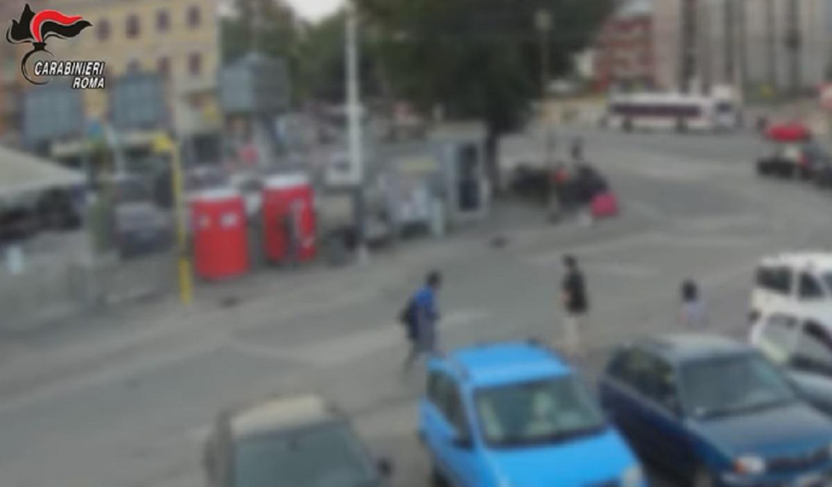 Roma, chiede a un cliente di indossare la mascherina e viene preso a calci e pugni VIDEO