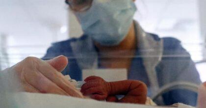 Padova, neonato infettato dalla madre non vaccinata e positiva al Covid: è grave