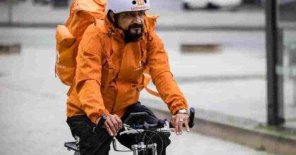 Sayed Sadaat, ex ministro afghano, fa il rider in Germania: ora porta le pizze in bici